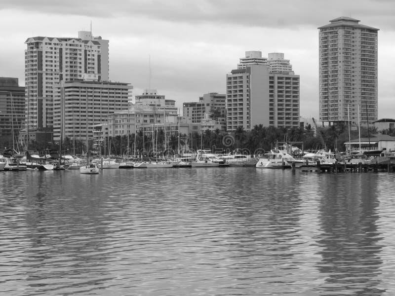 De Gebouwen en de Jachten van de Baai van Manilla in Zwart & Wit royalty-vrije stock afbeeldingen