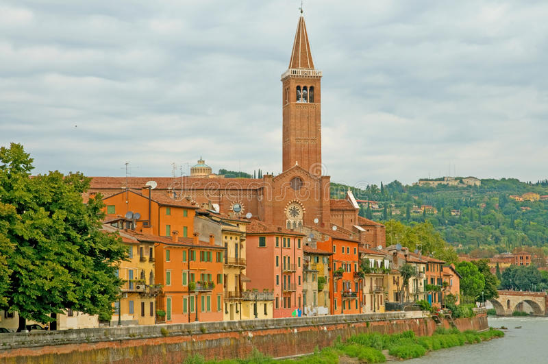 De gebouwen en de rivier van de toren stock afbeelding