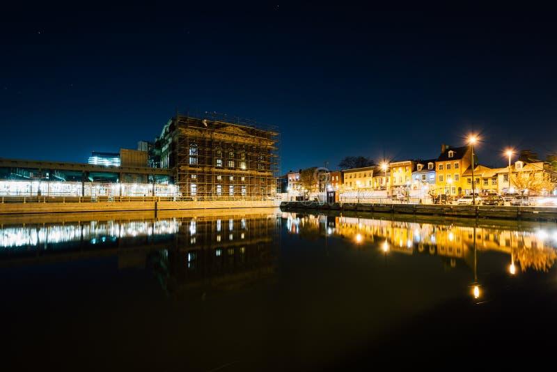 De gebouwen op de waterkant Fells binnen Punt bij nacht, in Baltimor stock foto