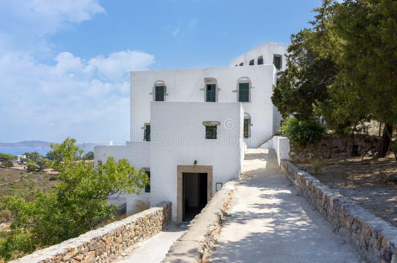 De gebouwen rond het hol van de Apocalyps van Heilige John in Patmos-eiland, Dodecanese, Griekenland stock afbeeldingen