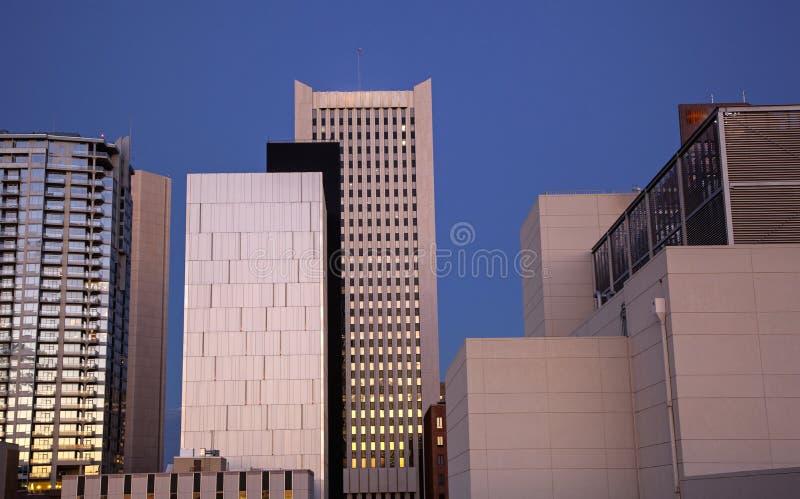De gebouwen van de binnenstad bij schemering royalty-vrije stock foto's
