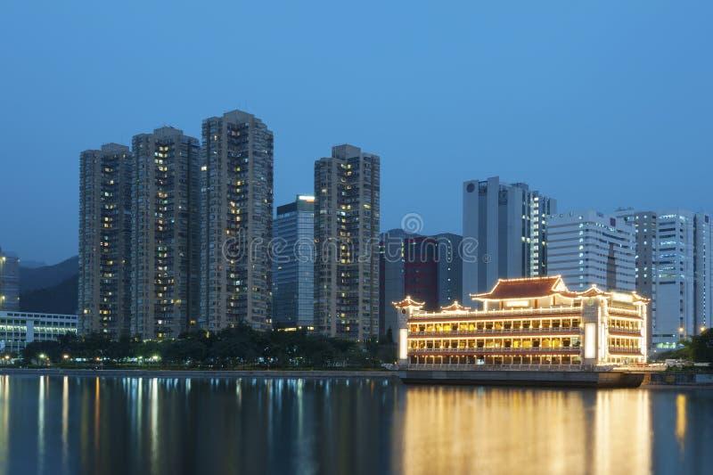 De gebouwen van de waterkant in Hong Kong stock afbeeldingen