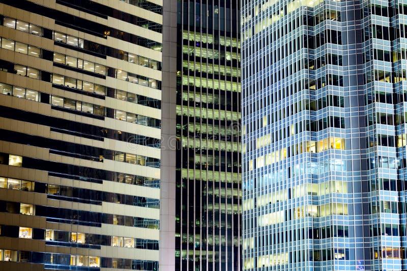 De gebouwen van het bureau bij nacht royalty-vrije stock afbeeldingen