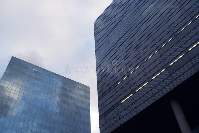 De gebouwen van het glas op een bewolkte dag stock afbeeldingen