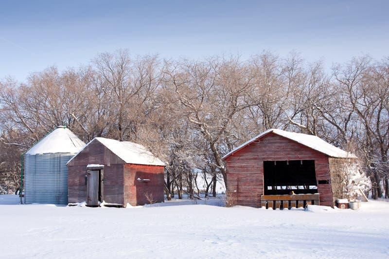 De Gebouwen van het landbouwbedrijf in de Winter stock fotografie