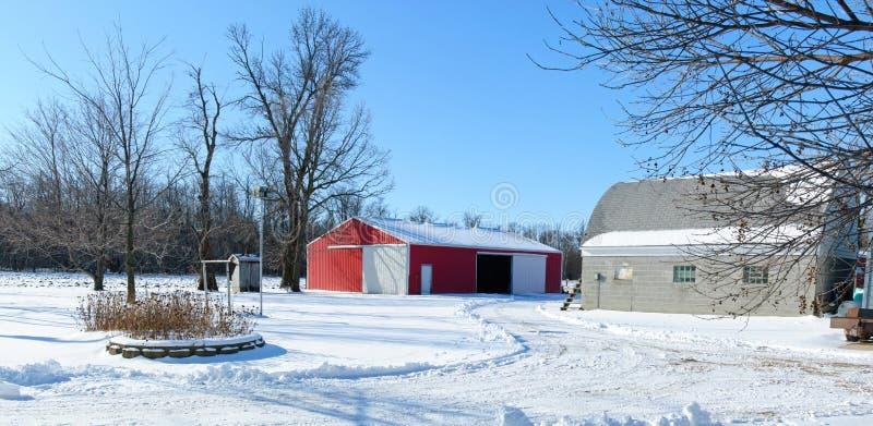 De gebouwen van het landbouwbedrijf in de winter stock foto