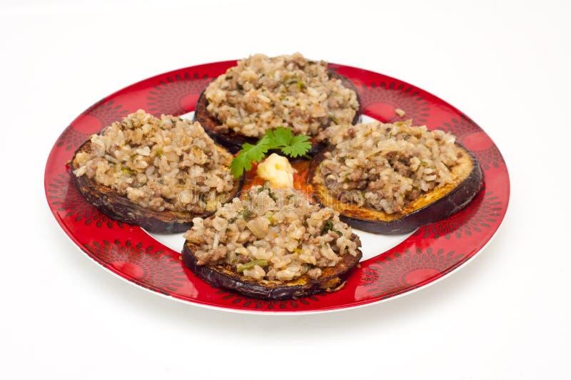 De gebraden aubergine die met een mengeling wordt bedekt van hakt en rijst fijn stock afbeelding