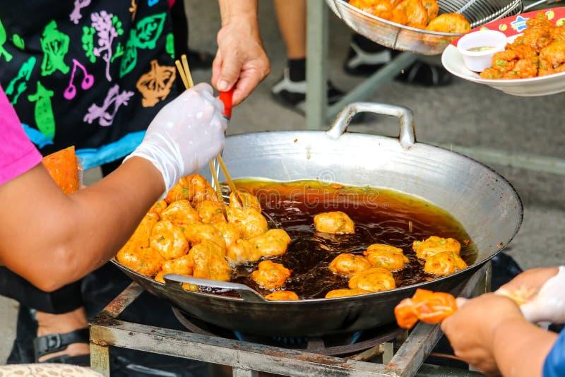 de gebraden ballen van het vissendeeg op straatvoedsel beroemd in de pattayastad stock afbeelding
