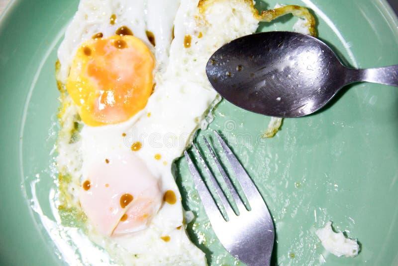 De gebraden eieren worden gegeten stock afbeeldingen