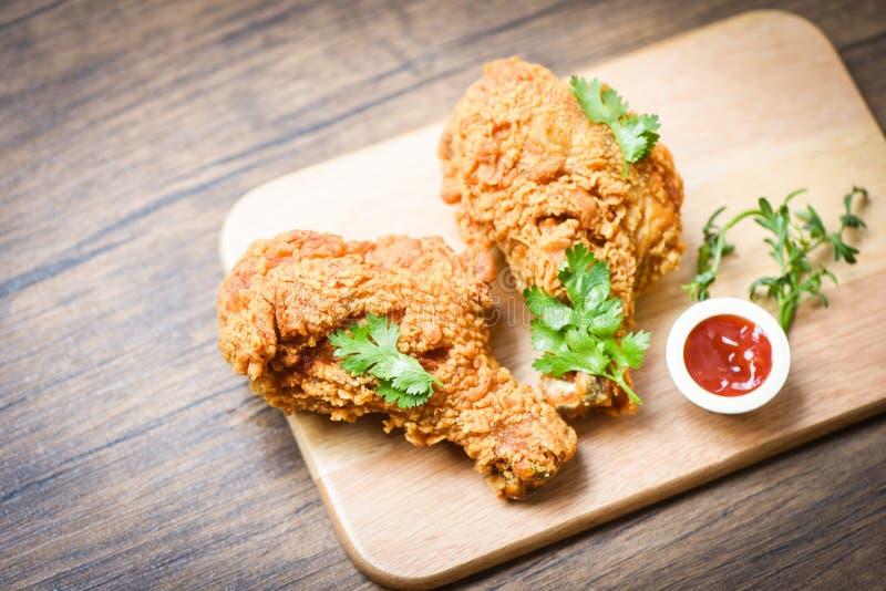 De gebraden houten raad van de kippen knapperige plaat met ketchup op eettafelvoedsel royalty-vrije stock afbeelding