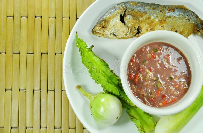 De gebraden makreel en de kruidige het deegsaus van de garnalenspaanse peper eten paar met verse groente op plaat stock fotografie