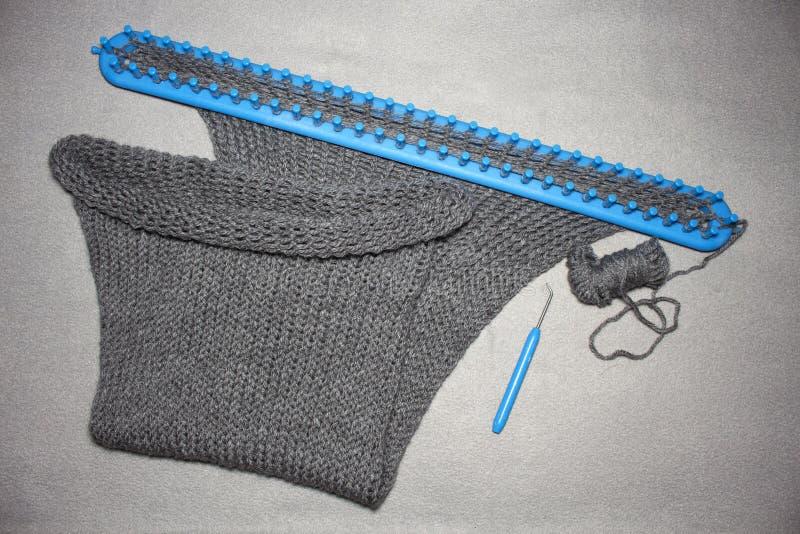 De gebreide cirkel brede die sjaal van vrouwen van grijze acryl wordt gemaakt stock foto