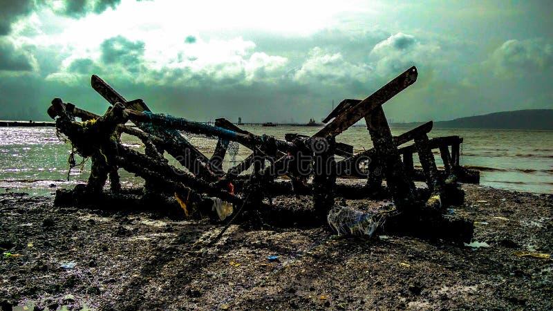 De gebroken op zee kant van de schipschedel royalty-vrije stock afbeeldingen