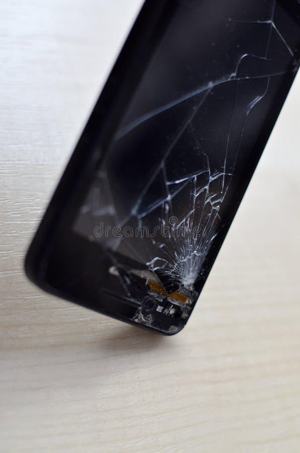 De gebroken telefoon van de het schermcel op grijze achtergrond Smartphone-Verzekering en het Mobiele concept van de telefoongara stock foto's