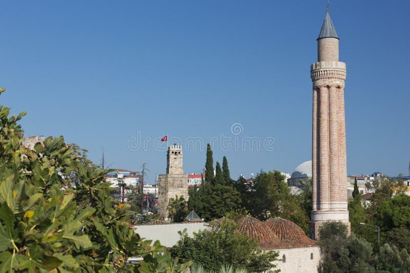 De Gecanneleerde Minaret die hoog over de oude stad van Antalya toenemen royalty-vrije stock afbeelding