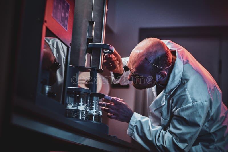 De geconcentreerde horlogemaker werkt met autoclaaf bij zijn eigen studio royalty-vrije stock fotografie