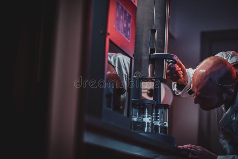De geconcentreerde horlogemaker werkt met autoclaaf bij zijn eigen studio royalty-vrije stock foto's