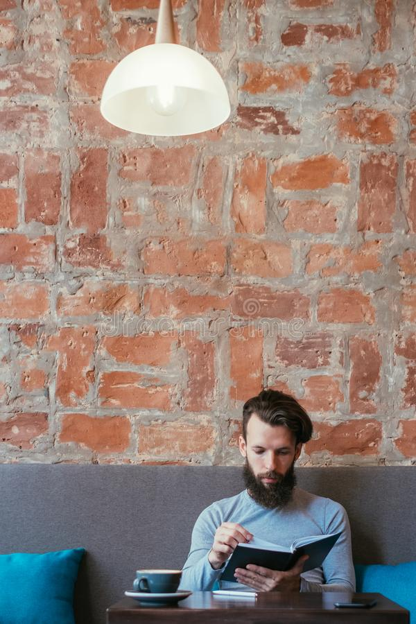 De geconcentreerde mens gelezen boekenwurm van de kennisinformatie stock fotografie