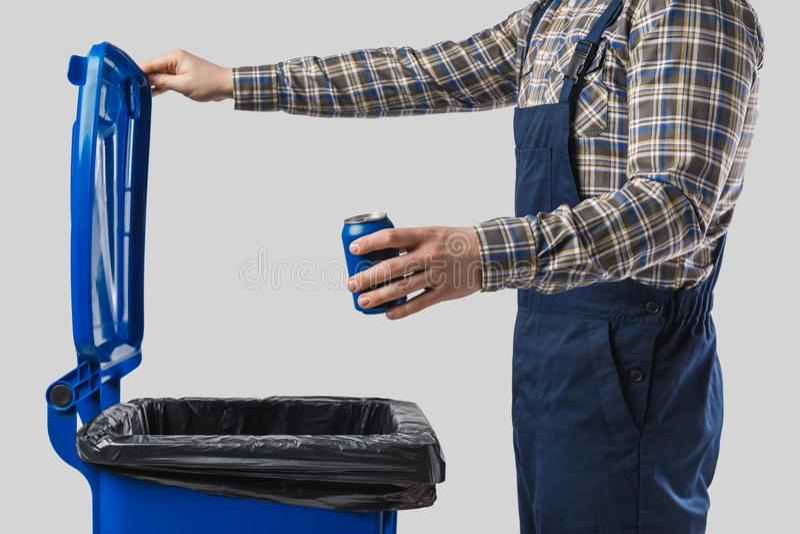 de gedeeltelijke mening van het schonere die zetten kan in afvalbak op grijs wordt geïsoleerd royalty-vrije stock fotografie