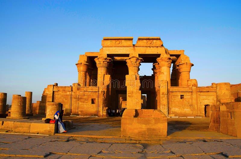 De gedeeltelijke mening van de Tempel van Kom Ombo, is een ongebruikelijke dubbele tempel, werd het V.CHR. geconstrueerd tijdens  stock afbeeldingen