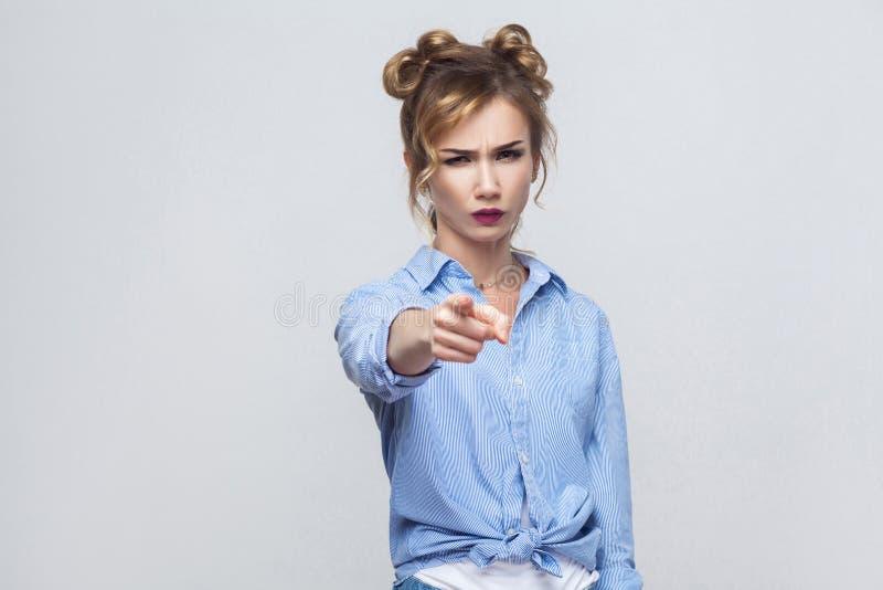 De gedeprimeerde Kaukasische vrouw, die ernstig kijkt, het richten hebben stock foto's