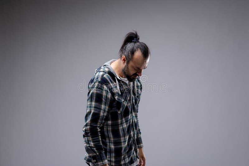 De gedeprimeerde mens met hangt honduitdrukking stock afbeelding