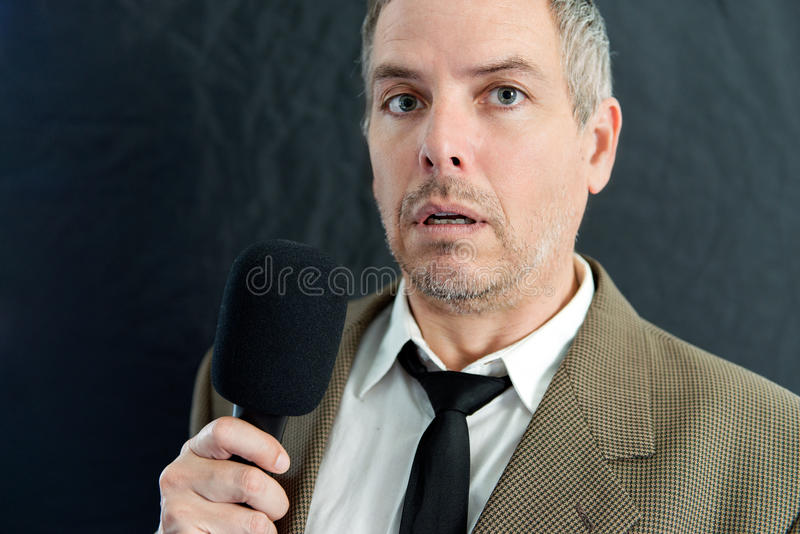 De gedeprimeerde Mens spreekt in Microfoon stock afbeeldingen