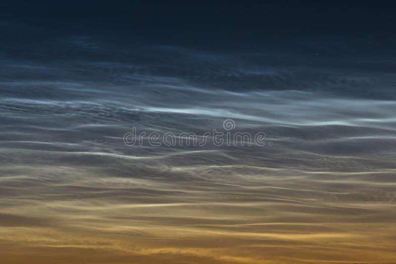 De gedetailleerde mening van noctilucent wolken NLC, het glanzen nacht betrekt met mooie krullen en roezen royalty-vrije stock afbeeldingen