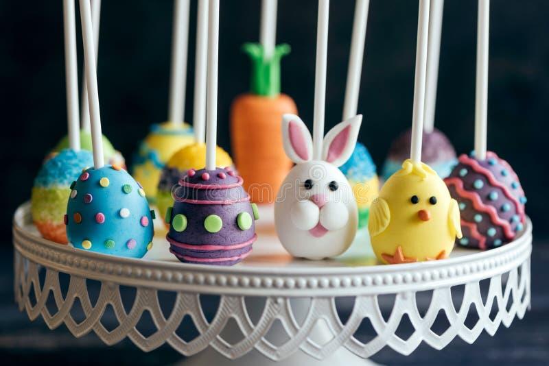 De gediende cake knalt met Pasen-decoratie stock afbeeldingen