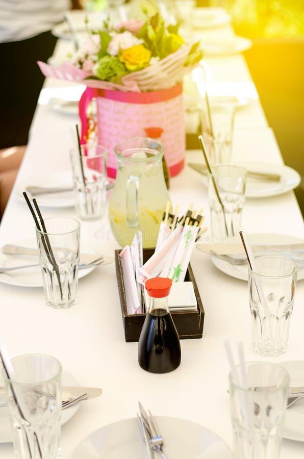 De gediende lijst in het restaurant bloeit sojasaussushi royalty-vrije stock fotografie