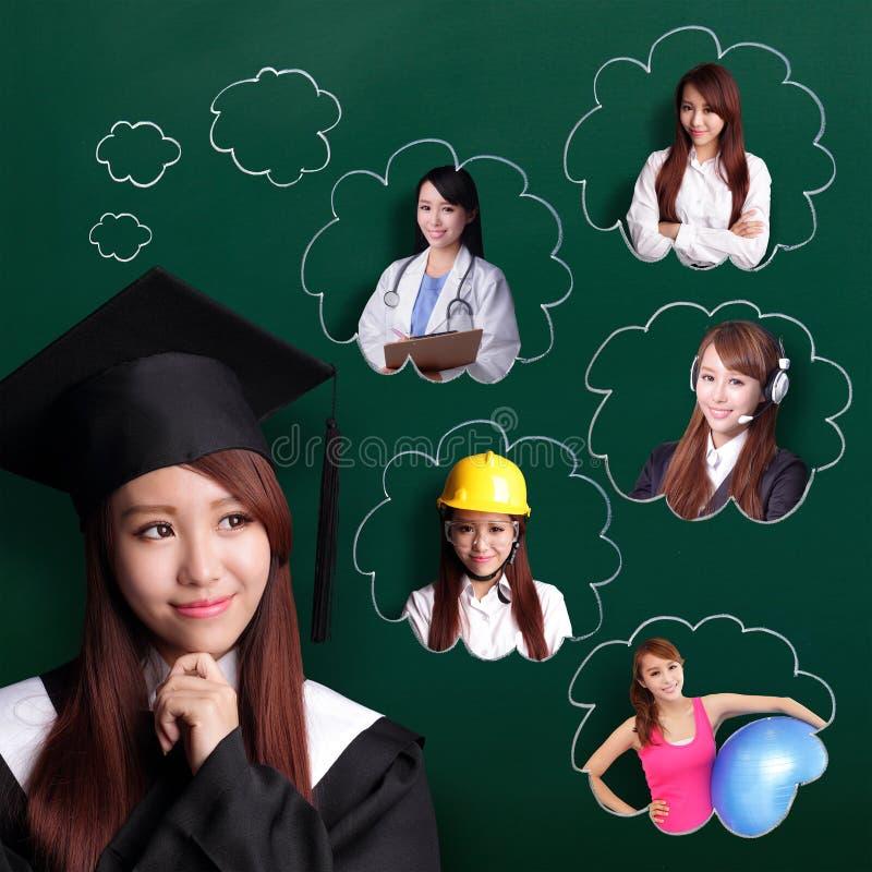 De gediplomeerde studentenvrouw denkt toekomstig royalty-vrije stock afbeeldingen