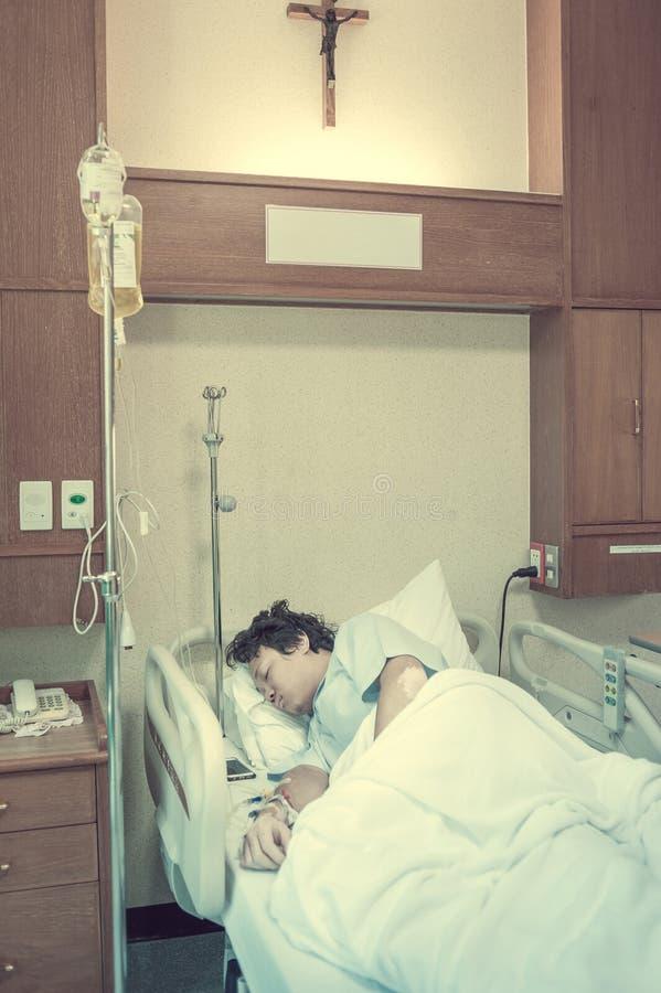 De geduldige Longbesmetting & laat in het ziekenhuis met zoute iv toe stock afbeeldingen