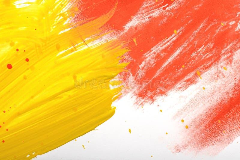 De geel-rode met de hand geschilderde gouacheslag bekladt textuur stock fotografie
