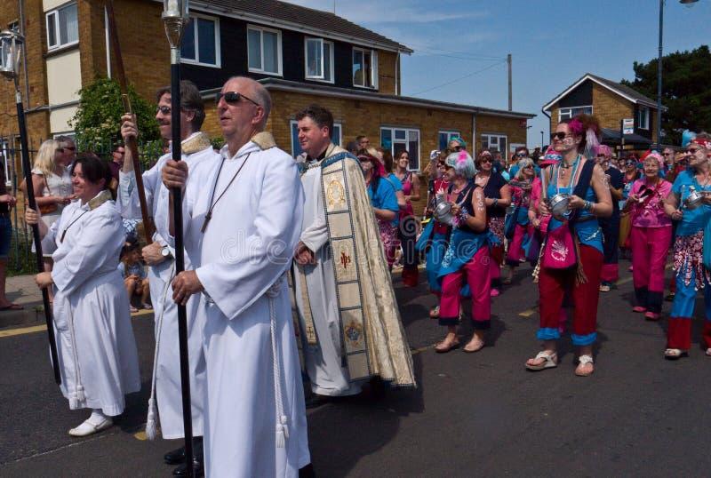 De geestelijkheid leidt de Parade bij het jaarlijkse Oesterfestival, Whitstable royalty-vrije stock foto's