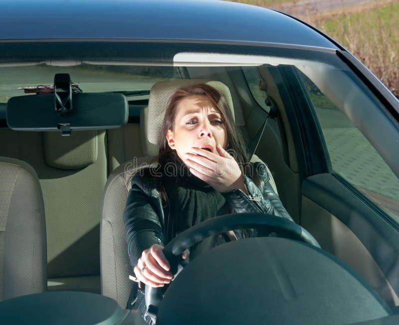 De geeuwen van de vrouw in de auto royalty-vrije stock foto's