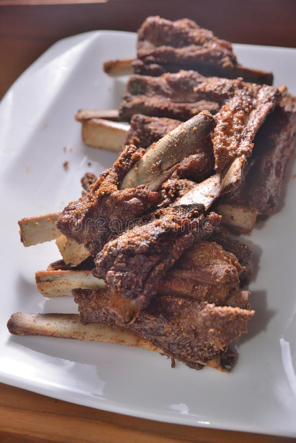 De gefrituurde beenderen van varkensvleesribben stock afbeeldingen