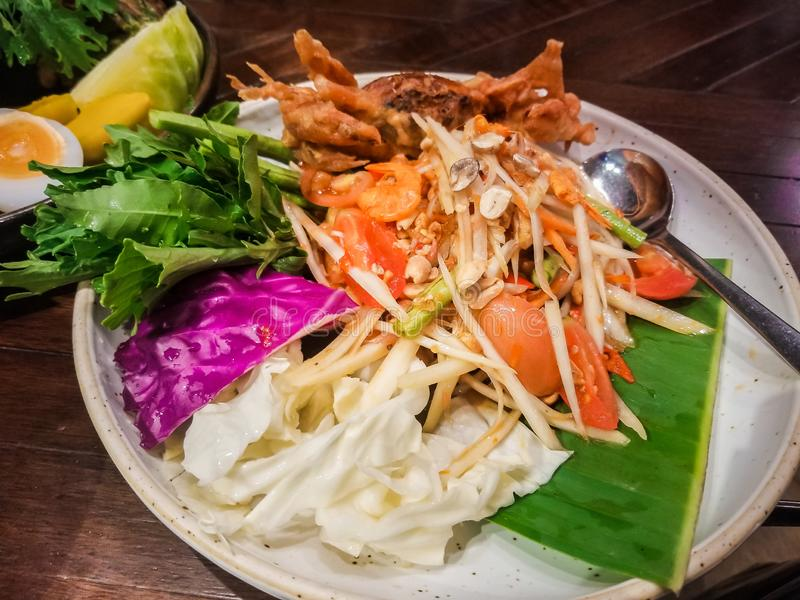De gefrituurde zachte shell salade van de krabpapaja stock foto