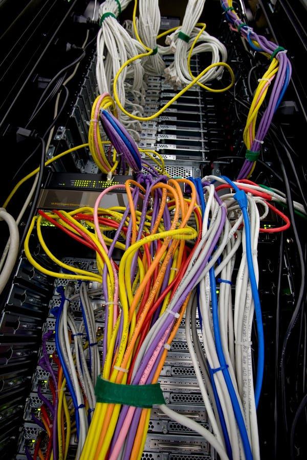 De gegevensdraden en kabels van de server stock afbeelding