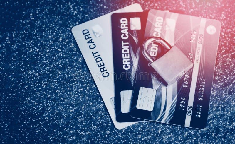 De gegevensversleutelingtransacties van Internet van de creditcardveiligheid op beveiligd creditcardslot stock afbeeldingen