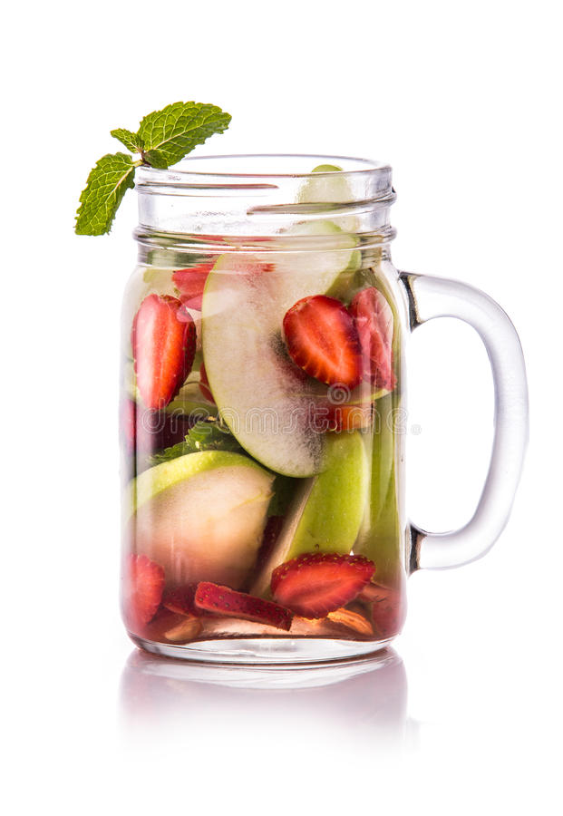 De gegoten appel, de aardbei en de munt van het vers fruitwater Geïsoleerd4 o royalty-vrije stock afbeeldingen