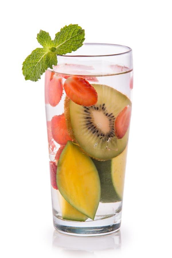 De gegoten kiwi, de mango en de aardbei van het vers fruitwater geïsoleerde ov stock foto's