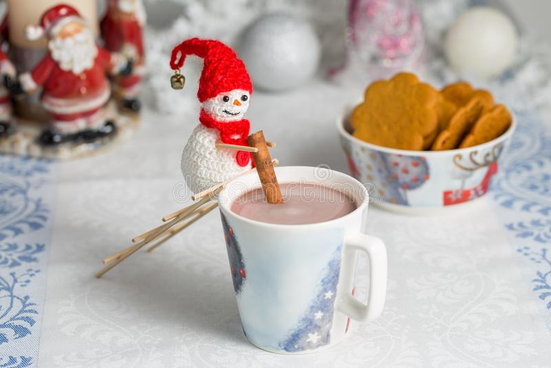 De gehaakte sneeuwman beweegt cacao royalty-vrije stock fotografie