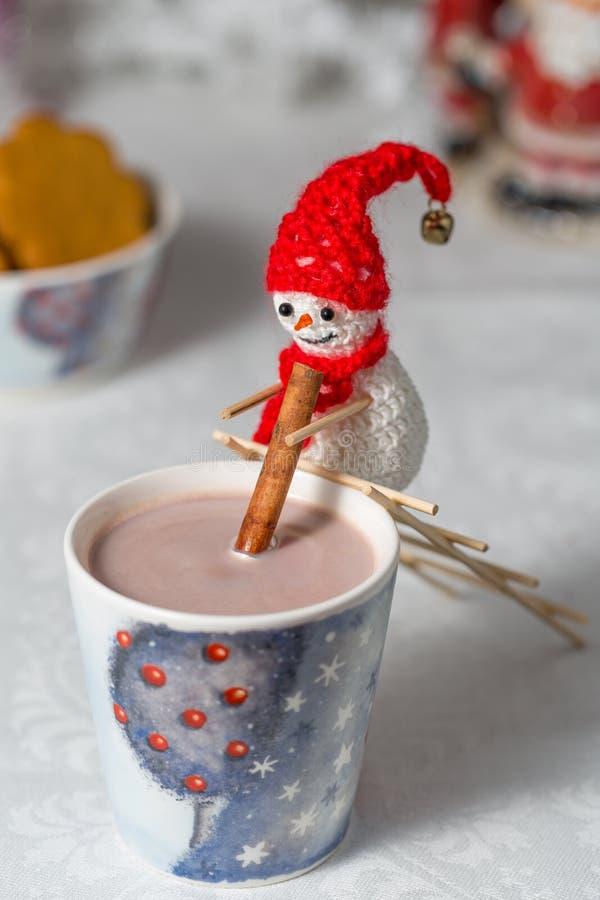 De gehaakte sneeuwman beweegt cacao royalty-vrije stock foto's