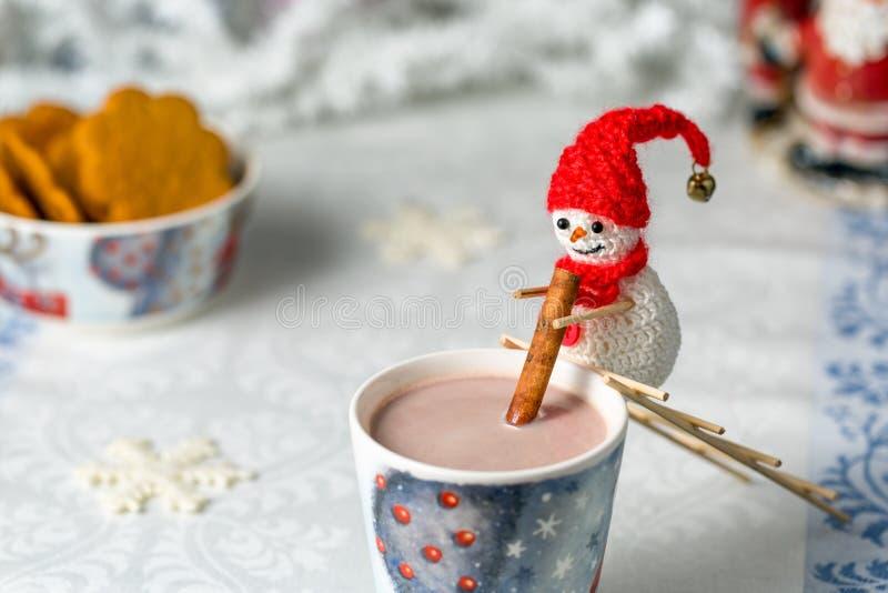 De gehaakte sneeuwman beweegt cacao royalty-vrije stock foto