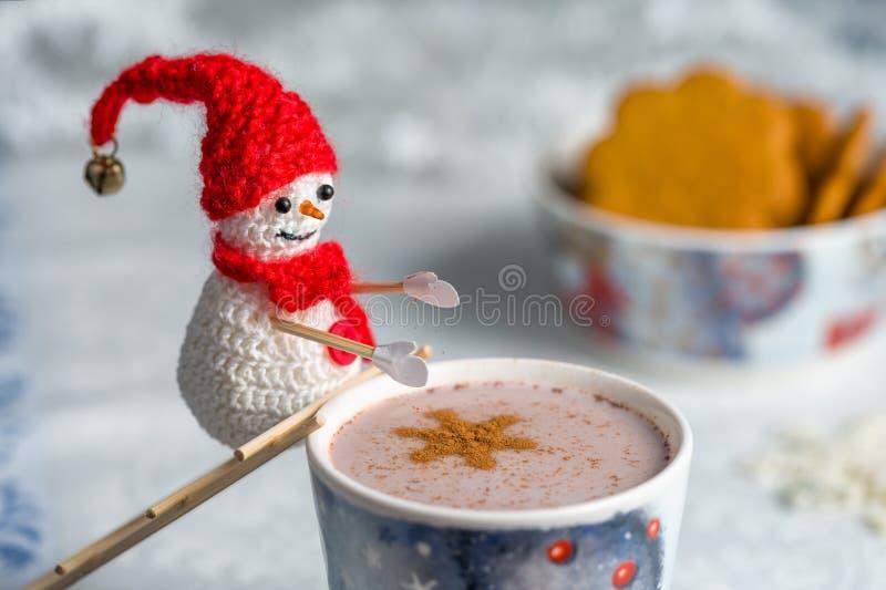 De gehaakte sneeuwman werpt kaneel in cacao royalty-vrije stock afbeelding