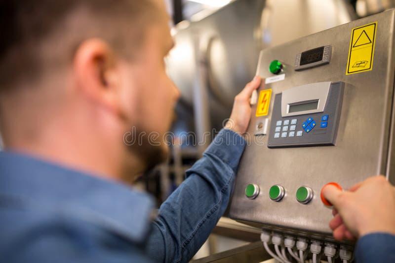 De gehandhaafde machine van de arbeiders werkende controle stock foto
