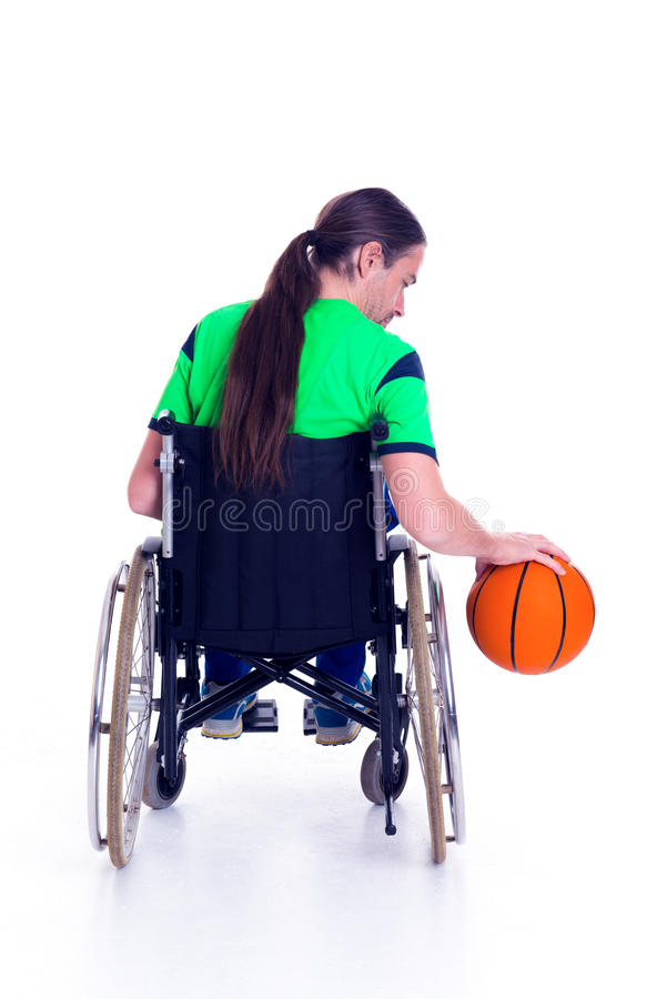 De gehandicapte mens in een rolstoel doet sport met bal royalty-vrije stock afbeeldingen