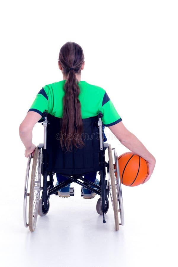 De gehandicapte mens in een rolstoel doet sport met bal stock foto's