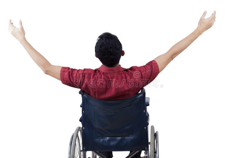 De gehandicapte mens geniet van vrijheid op rolstoel stock fotografie