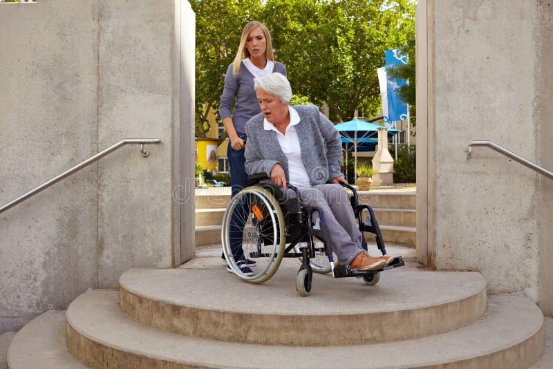 De gehandicapte vrouw is gek bij trap royalty-vrije stock fotografie